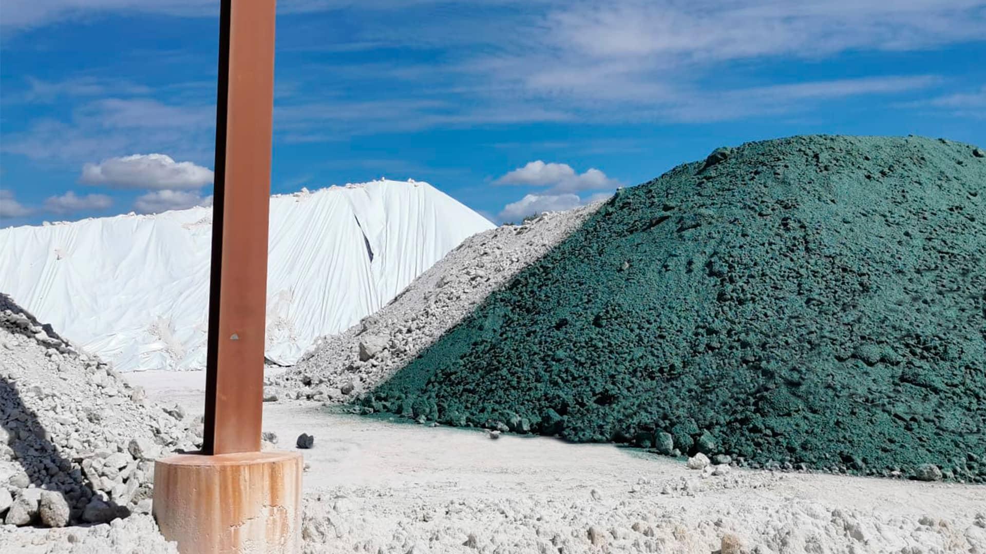 Hydrocovering pour confiner et réduire la dispersion de contaminants par voie aérienne ou souterraine.